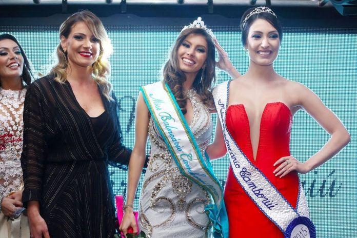 A empresária Thalyta Ern, a Miss Balneário Camboriú eleita Eliza Teixeira e a Miss BC 2015 Larissa Vasconcellos durante a coroação. (Scheila Cardozo/ Xs Excess Comunicação)