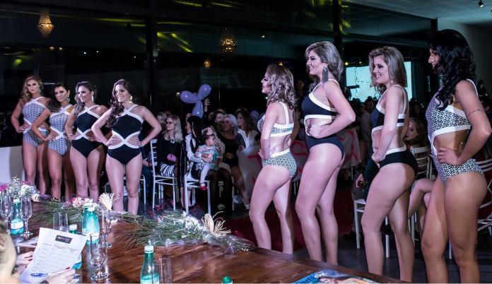 As candidatas durante o desfile de traje de banho (Rachel Vieira dos Santos / divulgação)