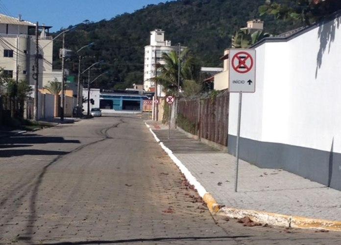 Proibição de estacionamento na Rua Estudante Renato Vitorino.