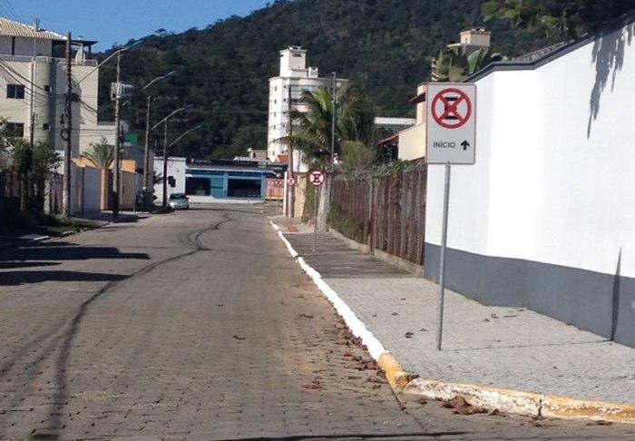 proibição de estacionamento na Rua Estudante Renato Vitorino