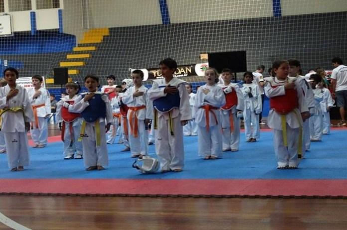 Projeto social ''Mil e Uma Formas de Educar'' realizou encontro de taekwondo no final de semana