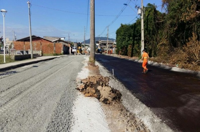 Secretaria de Obras asfalta mais uma avenida no bairro São Vicente