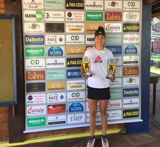 Tenista Gabriela Azambuja sobe duas vezes ao pódio no Campeonato XXIII Mercosul Open de Tênis