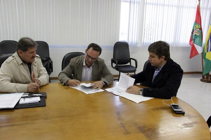 Assinatura Contrado Rede de Esgoto Bairro Municipios 19 07 17 Foto Ivan Rupp 16 Copy