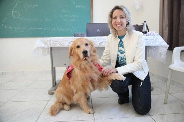 Cão terapeuta Cristal visita dependentes químicas em tratamento