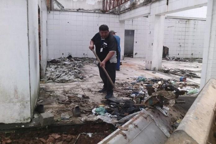 faz limpeza emergencial contra dengue em posto de combustível abandonado