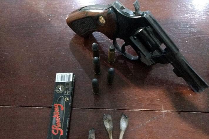 revolver com 5 munições