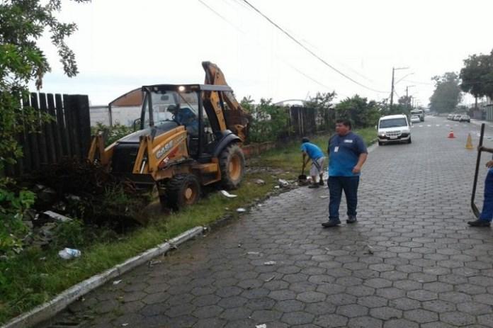 Secretaria de Obras recolhe 18 caminh%C3%B5es de entulho do bairro Barra do Rio