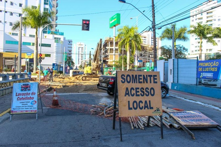 Cruzamento entre as avenidas Joca Brandão e Sete de Setembro