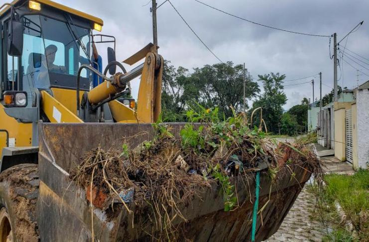 Mutirão retira doze mil toneladas de entulhos e lixo das ruas e terrenos de Itajaí