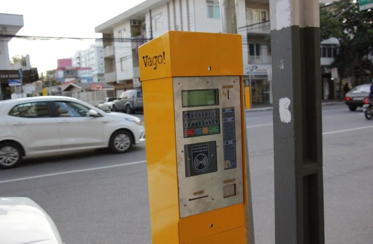 Parquímetros e placas do estacionamento rotativo começam a ser instaladas