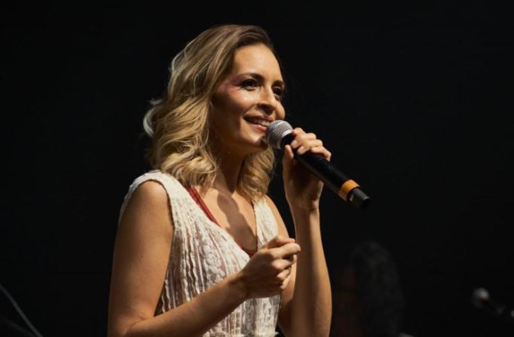 Cantora Mari Monteiro apresenta show gratuito em cinco bairros de Itajaí