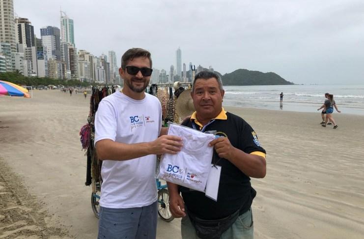 Secretaria da Fazenda entrega kit para ambulantes na Praia Central