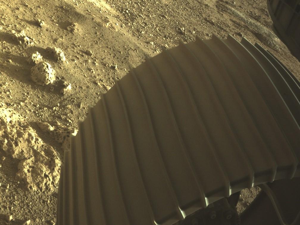 rodas-perseverance Robô Perseverance envia primeiras fotos coloridas de Marte