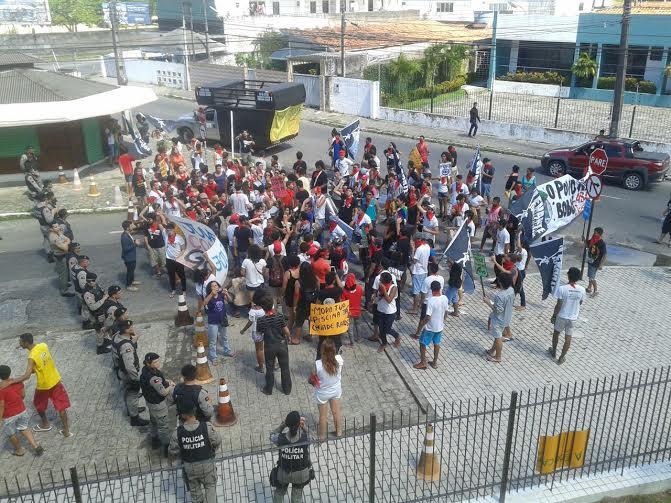 manifestacao em frente ao tce contra sergio moro - VEJA VÍDEO: Manifestantes protestam contra juiz Sérgio Moro durante evento na Paraíba