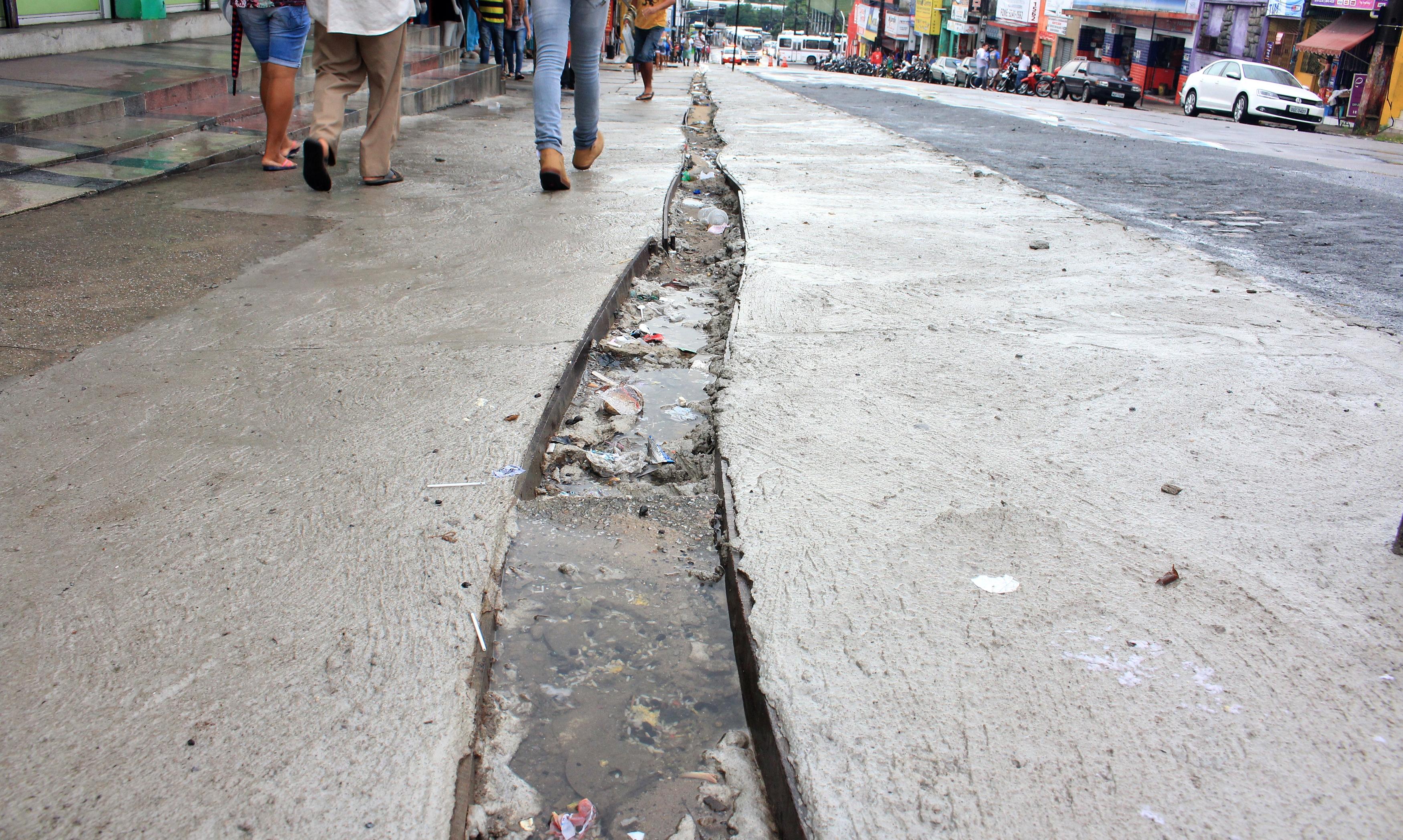 asfalto sede na padre azevedo2 walla santos - VEJA VíDEO: Transbordamento da Lagoa faz asfalto romper e peixes brotarem do chão