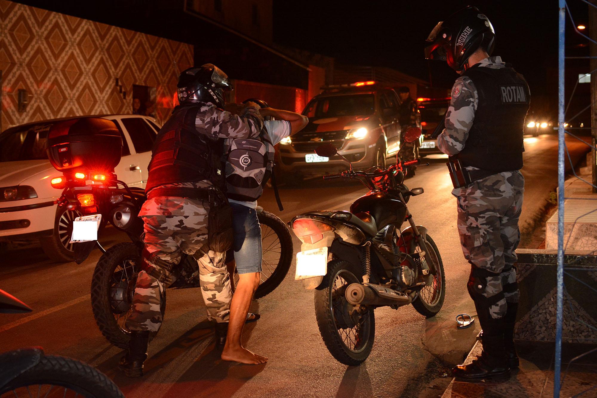 4 - Polícia apreende cinco armas de fogo e prende três pessoas em operação