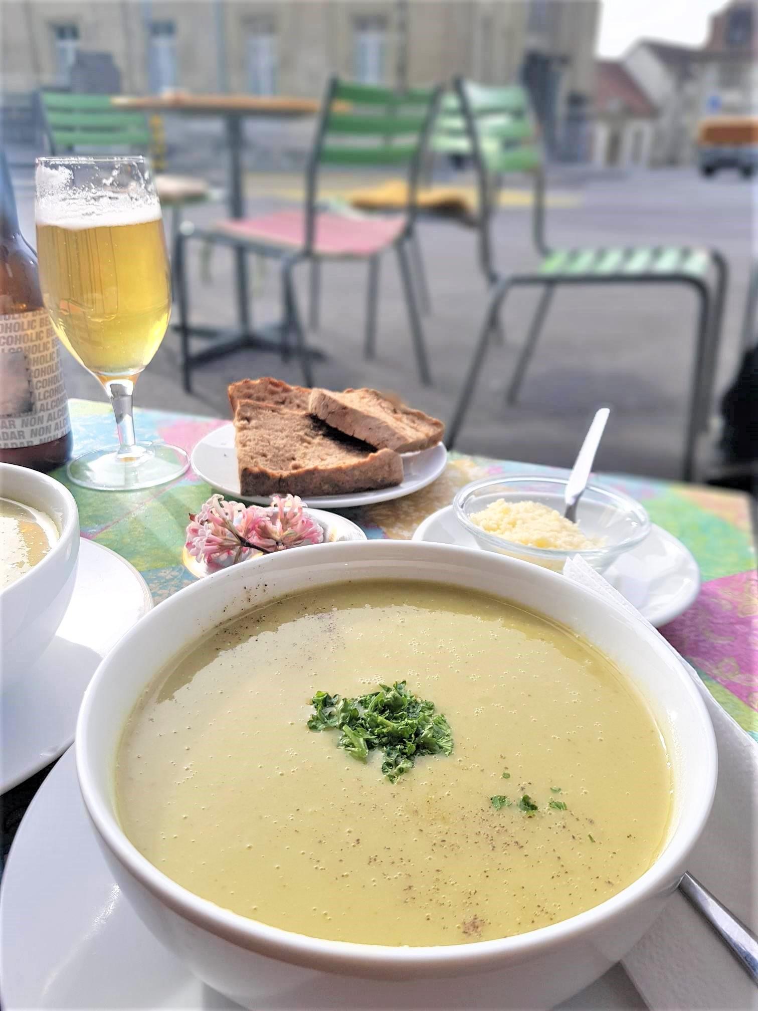 déjeuner-dans-la-vieille-ville-le-ptit-bar-clioandco-blog-voyage-lausanne-suisse-canton-de-vaud