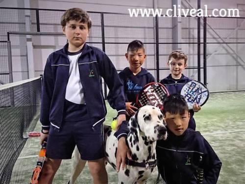 perro mascota equipo Vedruna de padel