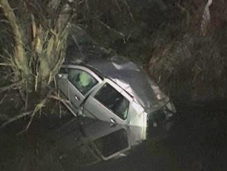 Mașina a plonjat într-un canal, la Curcani. FOTO Marius Dociu