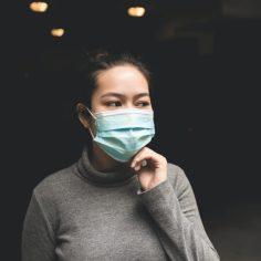 Etudiante avec masque