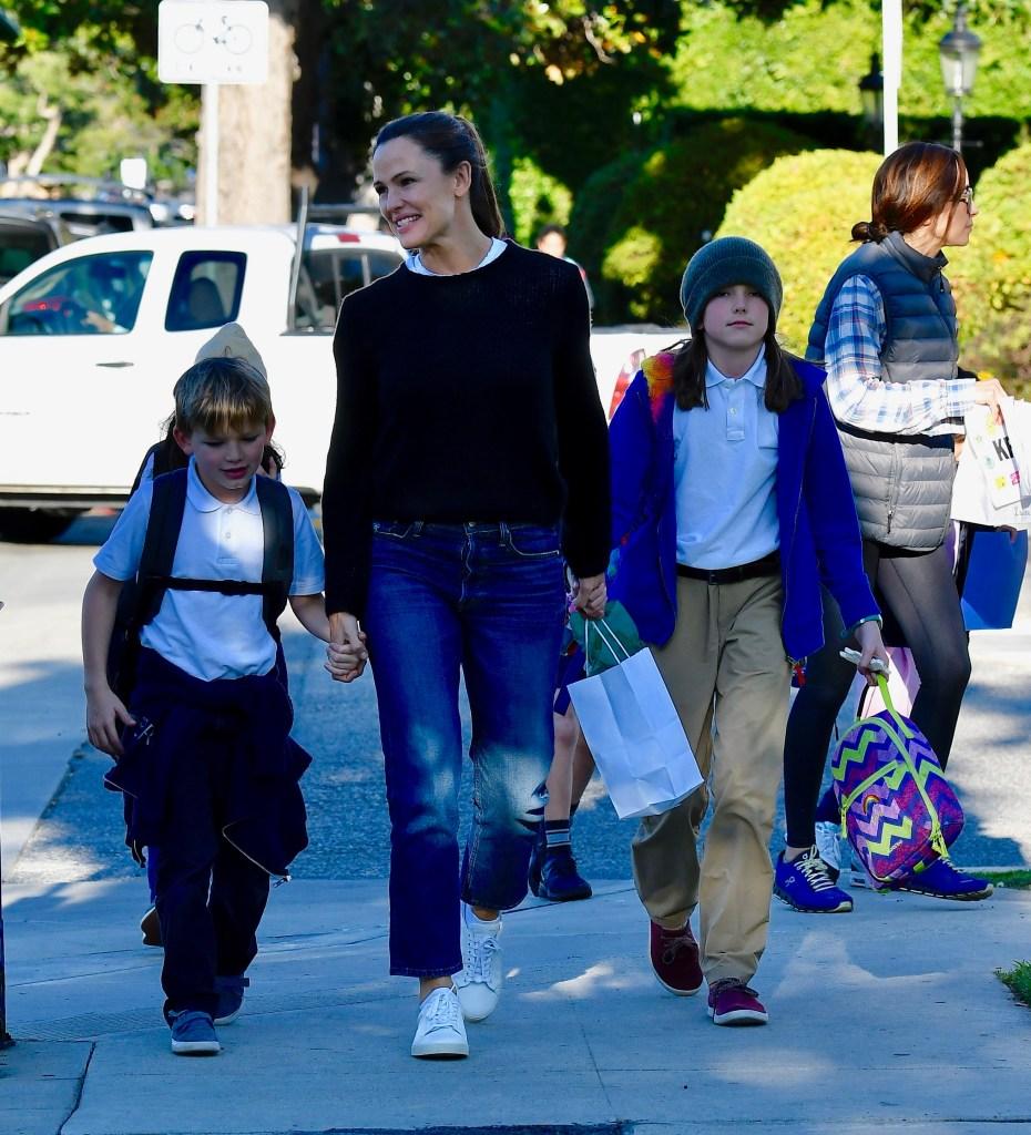 Jennifer Garner treating her kids for manicure .