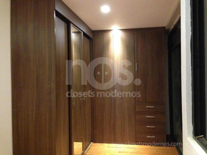 closets de madera en escuadra con espejo
