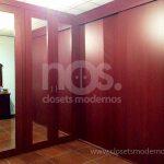 closets de madera en escuadra con espejos