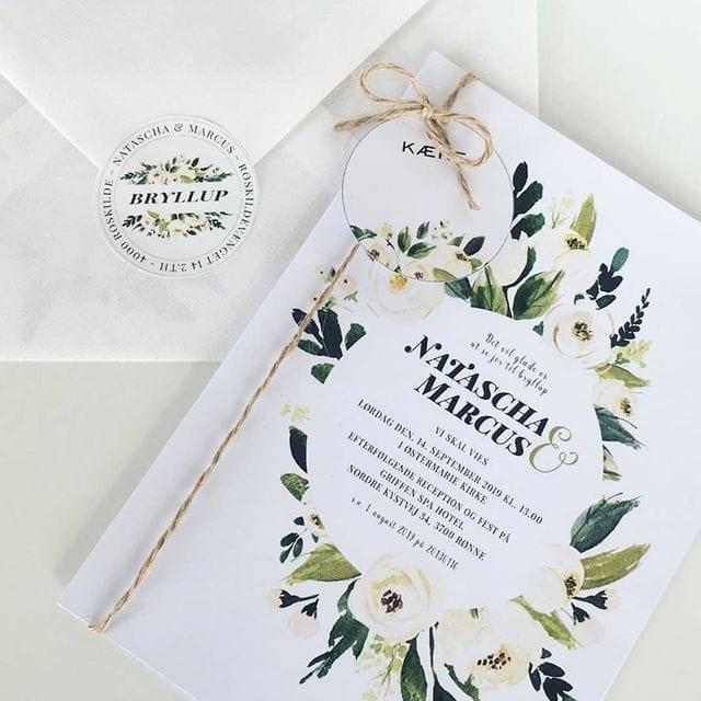 bryllupsinvitation med stickers og manillamærker