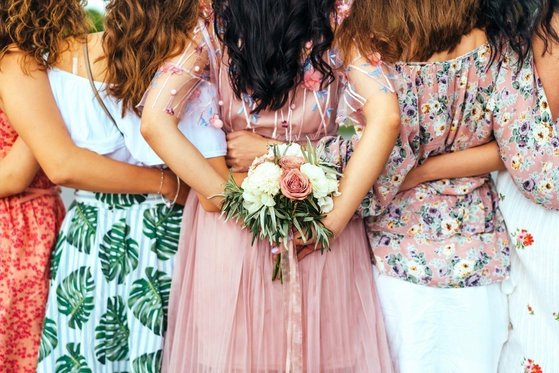 Polterabend. Bryllup. Kvinder. Blomst. Lyserød