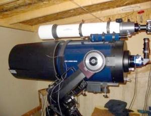 Un piccolo rifrattore in parallelo usato per astrofotografia