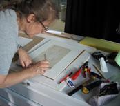 La restauratrice Jean Rosston en train d'enlever le cadre d'une œuvre Photo: Kunsthaus Zürich