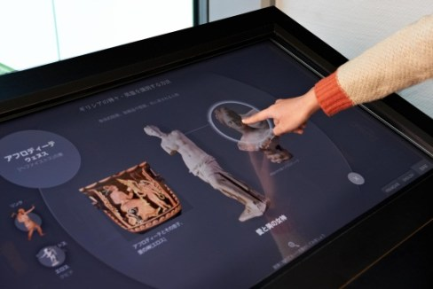 Table interactive «Reconnaître les divinités et héros grecs» présenté à Tokyo de février à septembre 2013 © photo DNP