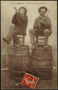 Joueurs de biniou, Quimper – Carte postale – Editions Anglaret – Marque du domaine public – Collections du musée de Bretagne et de l'Écomusée du Pays de Rennes