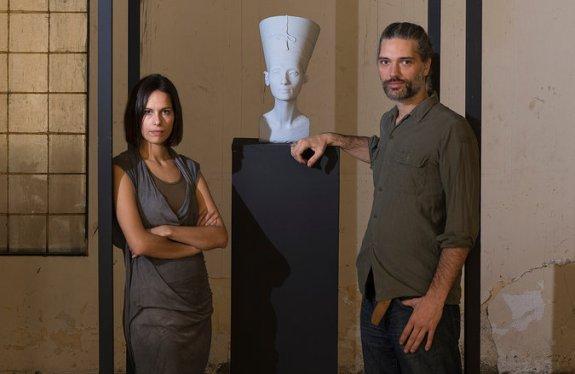 Nora al-Badri et Jan Nikolai Nelles devant une impression 3D du buste de la Reine Nefertiti au Caire (c) Jan Nikolai Nelles