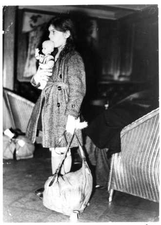 bl kindertransport-arrival-one-of-the-thousands-of-children-who-were-sent-abroad