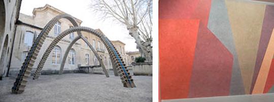 A gauche, façade de l'hôtel de Caumont , au premier plan, oeuvre de Vincent Ganivet, Entrevous, 2010 A droite, oeuvre in situ de Sol LeWitt, Wall Drawing # 538, 1984-88