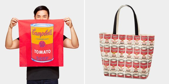"Bandana UNIQLO modèle ""Andy Warhol Soup Can"", sac UNIQLO modèle ""Andy Warhol Soup Can"" (c) MoMA"