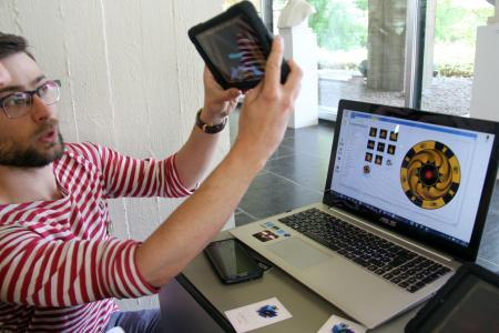 Corentin Ballieux présente le jeu « Le Passeur » créé par sa start-up « Curious Craft ». Photo: (c) lanouvellegazette.be
