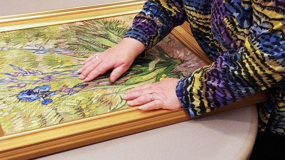 Une personne aveugle touche la reproduction 3D de l'oeuvre vde Van Gogh (c) Verus Art
