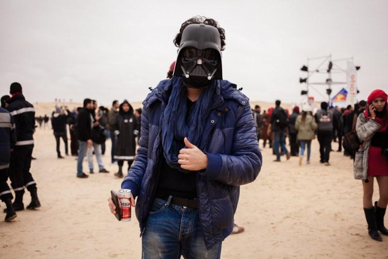 Malgré la pluie et le vent, les fans de musiques électroniques et la jeunesse tunisienne branchée, sont venus danser dans le désert tunisien sur le site du décors du film Star wars, pendant le festival des Dunes électroniques à Nefta.