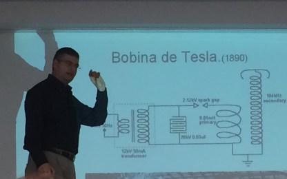 José Luis Tejero en la charla sobre Tesla