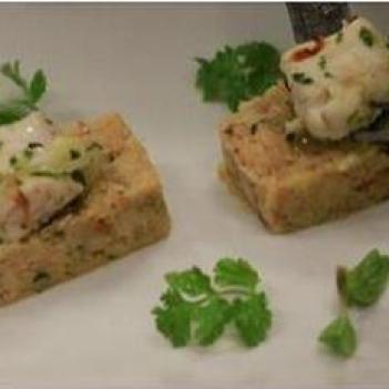 Açorda de ervas aromáticas com caldo e tranches de bacalhau