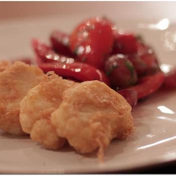 Bacalhau Frito com Salada de Tomate, Uvas e Coentros