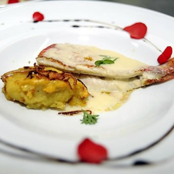 Salmonete recheado com fígado do próprio e molho de champanhe e guarnecido com batata doce e cebola crocante.