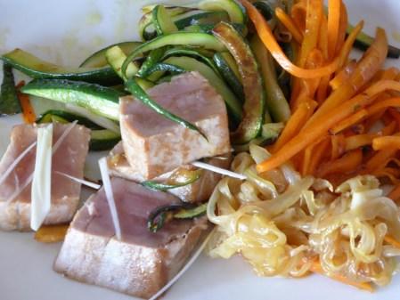 Atum braseado com legumes salteados com molho de gengibre e soja