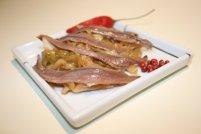 Anchovas - Como aperitivo, muito utilizadas em canapés, são capazes de destruir qualquer vinho. Para acompanhar anchovas, sugere-se um vinho jovem e com boa acidez, por exemplo um rosé seco, ou um espumante bruto.