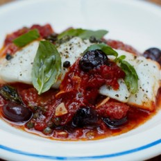 Peixe branco cozido com azeitonas e um molho de tomate simples