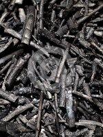 Queimado Odor que evoca o exalado pelas matérias vegetais ou pelas madeiras carbonizadas.