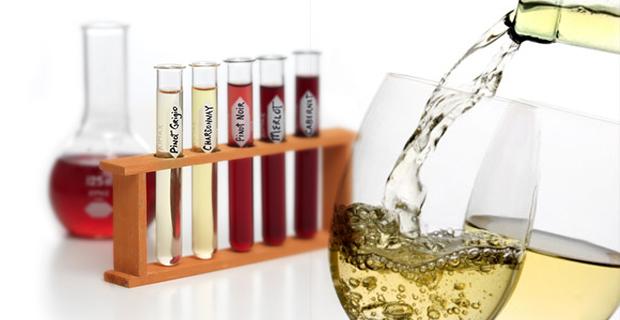 Para produzir um vinho harmónico e ao gosto da maioria dos consumidores, existem três elementos essenciais. Os taninos, o álcool e a acidez são três elementos que conderem à estrutura do vinho vivacidade, personalidade e alma próprias. A acidez dá a sensação de frescura, isto de acordo com os padrões normais. Os ácidos estão presentes em todas as frutas. A uva é constituída principalmente pelos ácidos tartárico e málico.